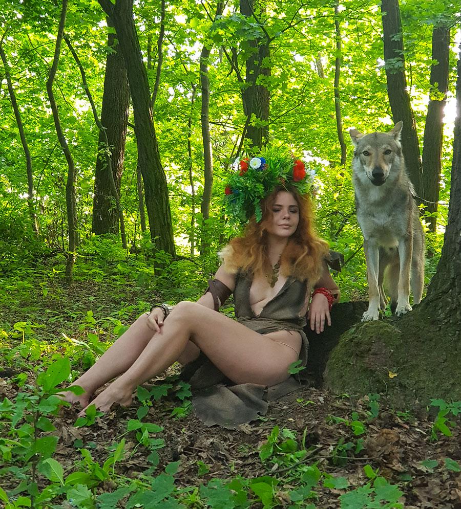 обнаженная женщина и волк